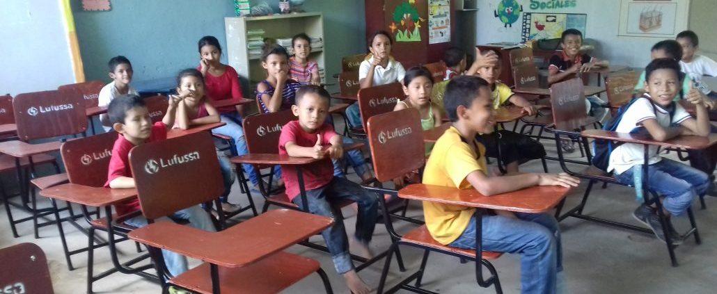 Lufussa dona pupitres a escuela Dionisio de Herrera en la zona sur